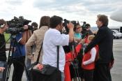 Журналисты Екатеринбурга встречают на летном поле Игоря Возяков и царские хоругви, которые были привезены на место расстрела царской семьи