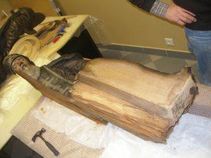 Чтобы спасти скульптуру Нила Столобенского, ее пришлось разобрать на части.