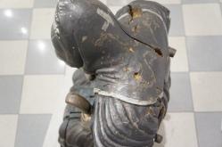 разрушения скульптуры видны невооруженным глазом
