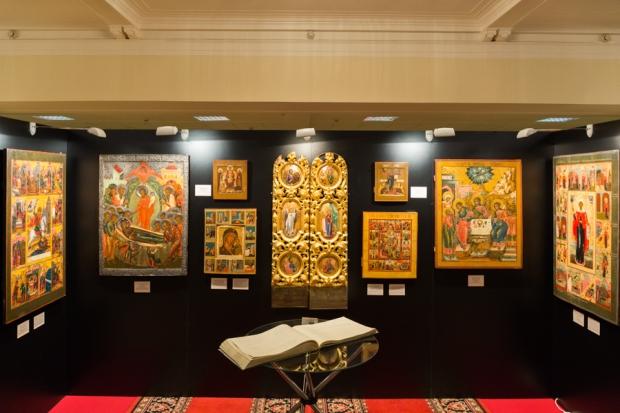 Фрагмент экспозиции Музея. В центре - Царские Врата, символизирующие вход в Царство Небесное